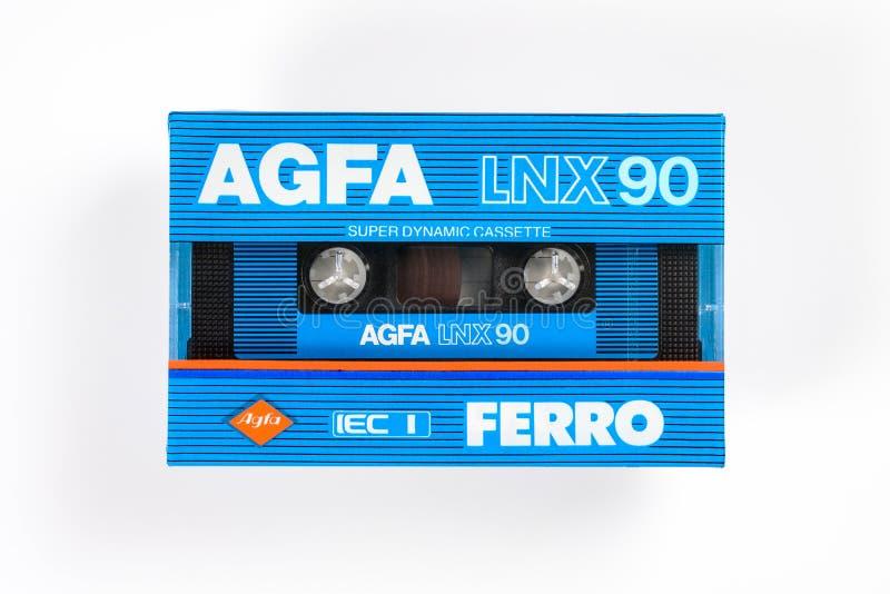 布里曼,德国- 2019年5月29日:被密封的音频紧凑卡式磁带爱克发耶老岛的LNX 90蓝色 罕见的viantage卡型盒式录音机,前面关闭  免版税库存照片