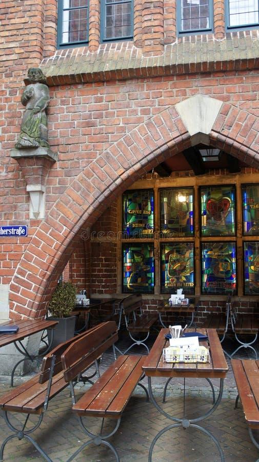 布里曼,德国- 07/23/2015 -街道咖啡馆,Bottcherstrasse的美丽的红砖房子看法在老镇 库存照片