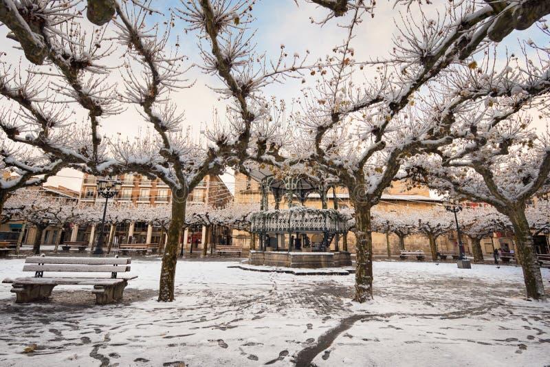 布里维耶斯卡古老村庄的一个下雪的都市风景风景的冬天场面在布尔戈斯 免版税库存图片