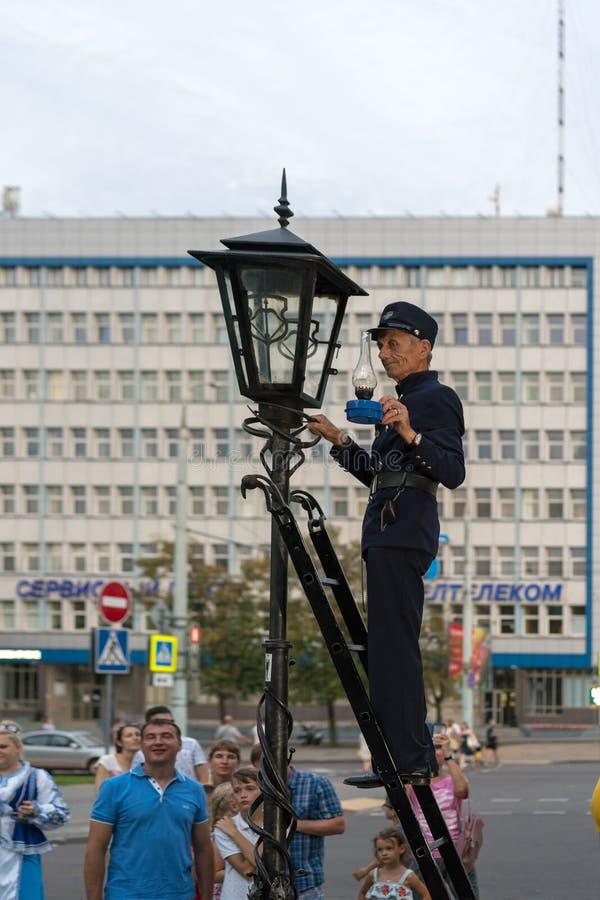 布雷斯特,白俄罗斯- 2018年7月30日:点燃街灯的灯夫手动地点燃街灯 免版税库存图片
