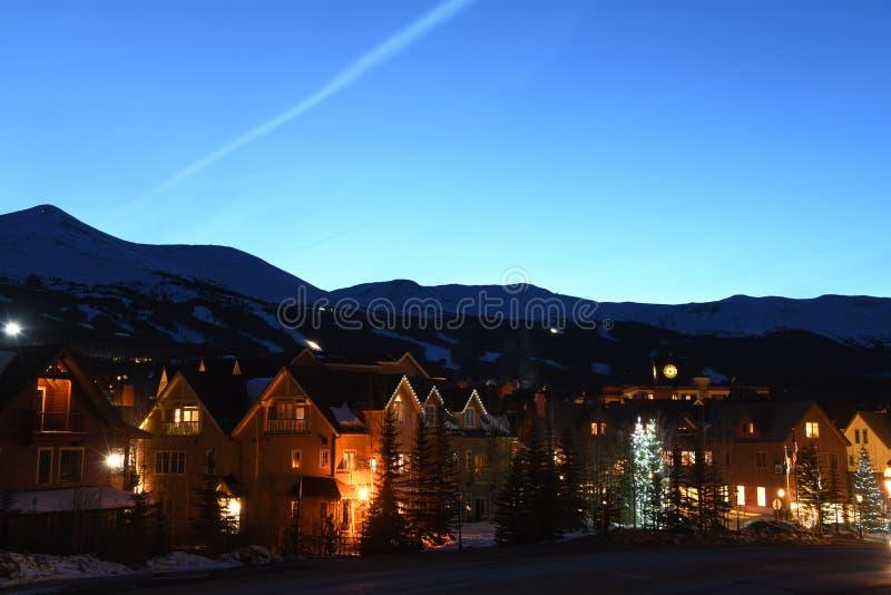 布雷肯里奇滑雪场镇在晚上 免版税库存照片