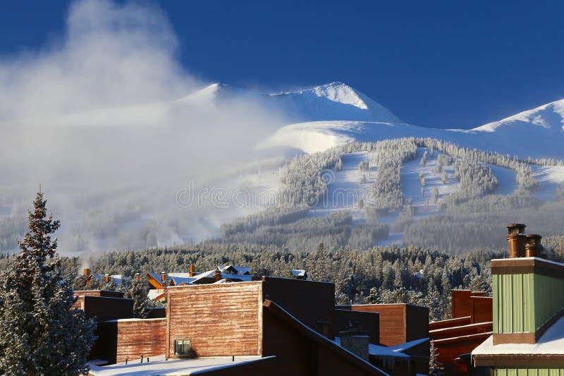 布雷肯里奇,科罗拉多滑雪胜地在与新鲜的被盖的雪和镇大厦的冬天 图库摄影