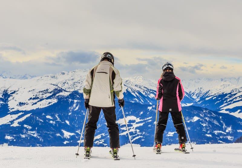 布雷萨诺内im Thale滑雪胜地的倾斜的滑雪者  蒂罗尔 库存照片
