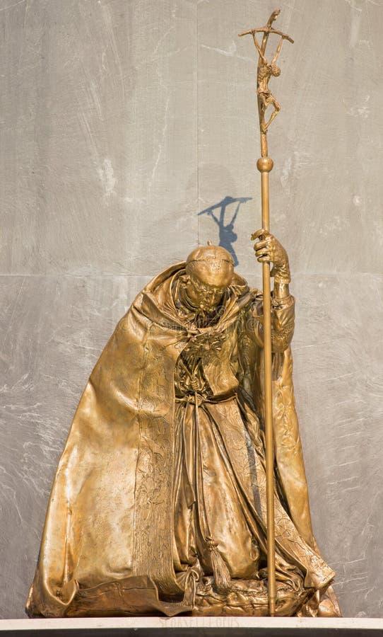 布雷西亚,意大利, 2016年:保禄六世纪念品雕象从Bresicia & x28的; Giovani巴蒂斯塔Montini& x29;在中央寺院Nuovo 免版税库存照片