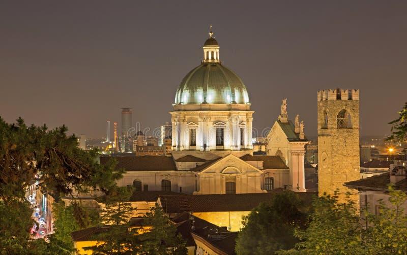 布雷西亚-在镇的中央寺院圆屋顶在晚上 库存图片