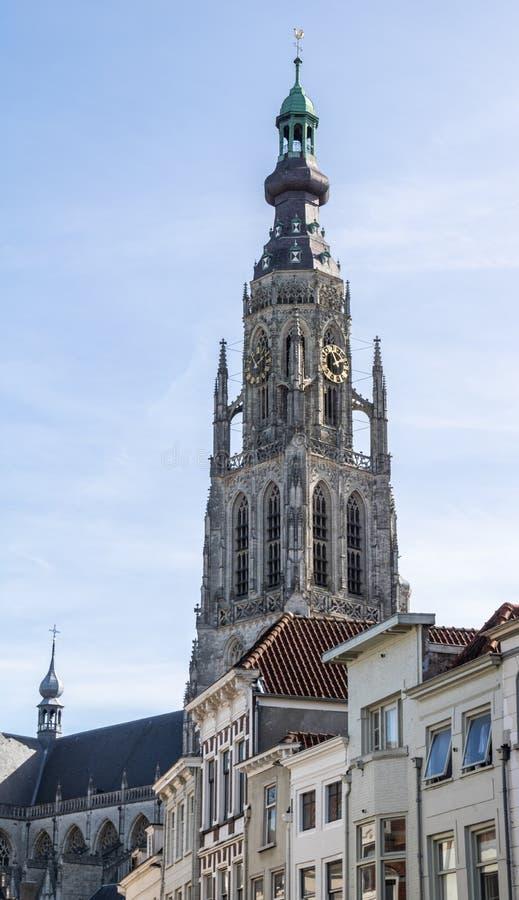 布雷达,荷兰- 2018年9月29日:位于布雷达的中心的De grote kerk 明亮的太阳直接阳光 免版税图库摄影