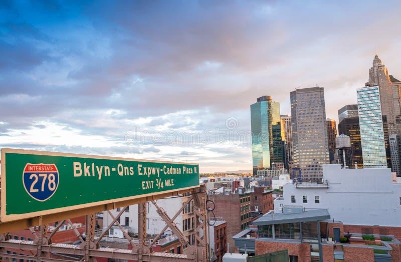 布鲁克林大桥交通标志和街市曼哈顿 图库摄影