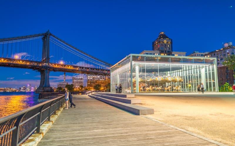布鲁克林大桥公园在与曼哈顿桥梁的晚上在backgroun 免版税库存照片