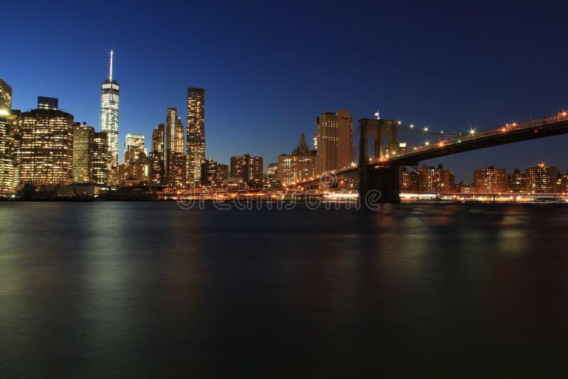 从布鲁克林大桥公园的纽约地平线在晚上 图库摄影