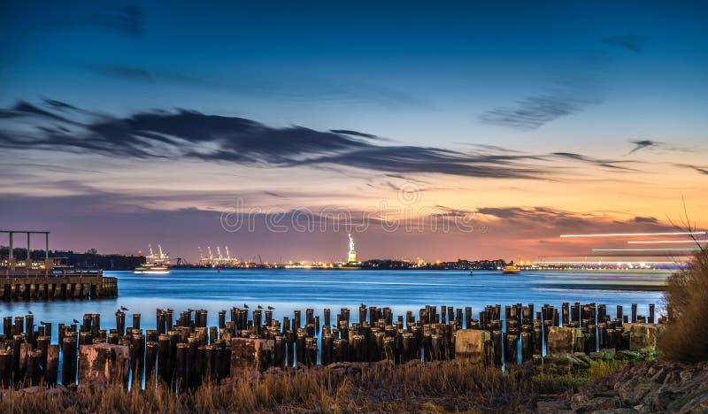 从布鲁克林大桥公园的美丽的景色暮色时间的 免版税库存图片
