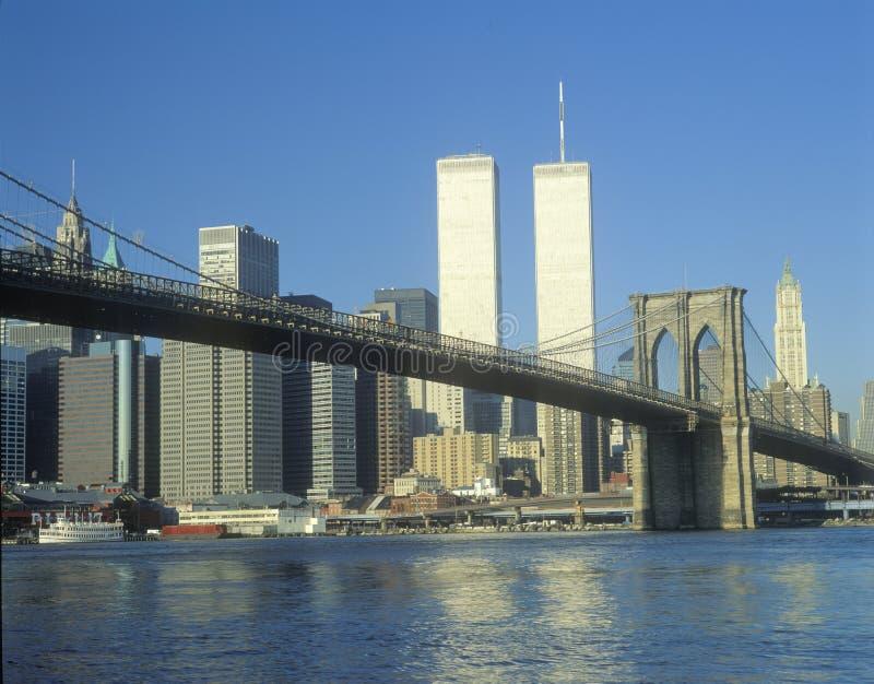 从布鲁克林大桥和地平线的East河的看法在纽约,纽约 免版税库存图片