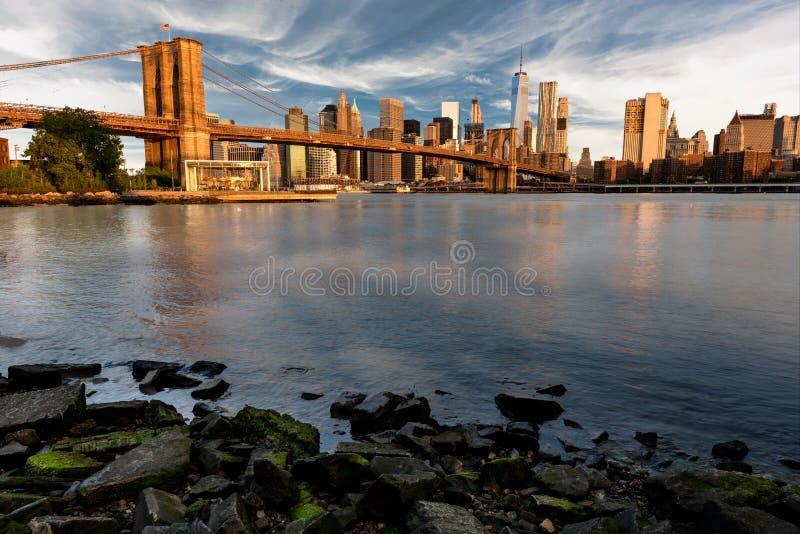 布鲁克林大桥和岩石岸与纽约地平线 免版税库存照片