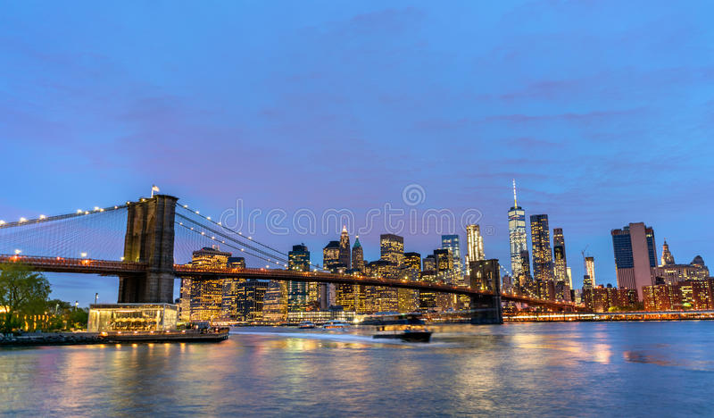 布鲁克林大桥和曼哈顿日落的-纽约,美国 库存照片