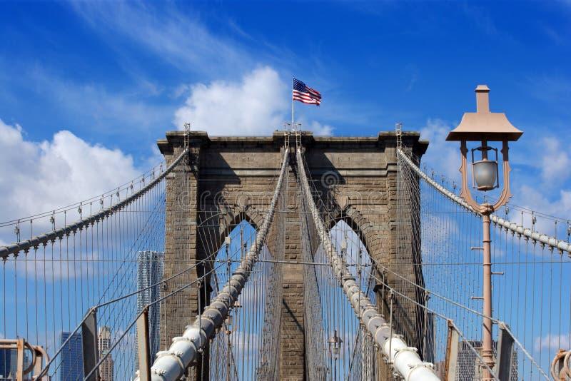 布鲁克林大桥和美国国旗 免版税图库摄影