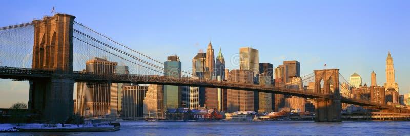 布鲁克林大桥和East河全景在日出与纽约, NY地平线岗位9/11视图 免版税图库摄影