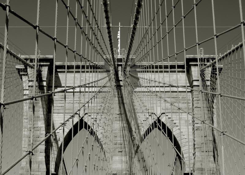布鲁克林大桥支持缆绳的对称 免版税库存照片