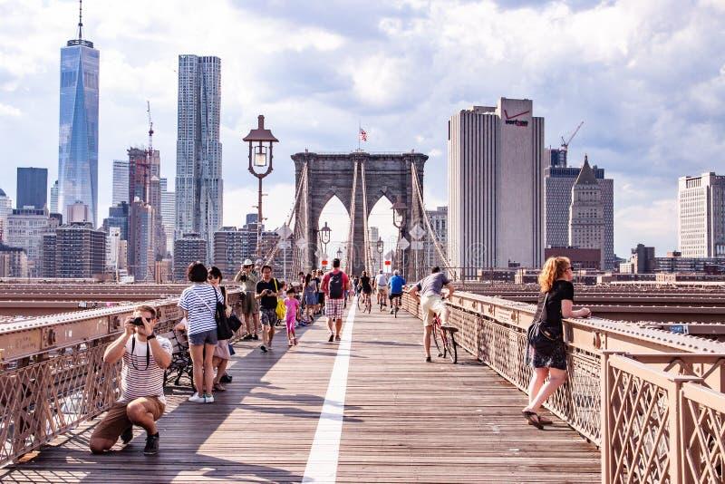 布鲁克林大桥的游人,NYC,美国 免版税库存图片