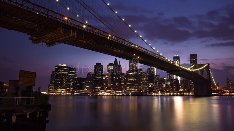 布鲁克林大桥NYC在夜之前 免版税库存照片