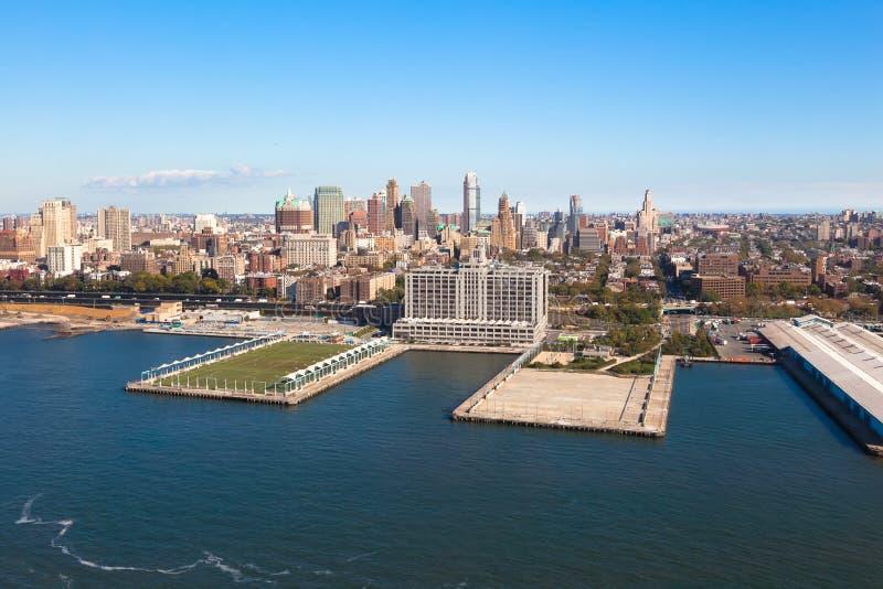 布鲁克林Heights在纽约NYC在美国在好日子 空中直升机视图 库存照片