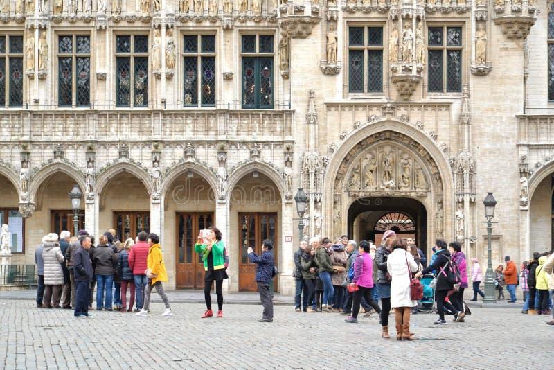 布鲁塞尔城镇厅的游人 库存照片