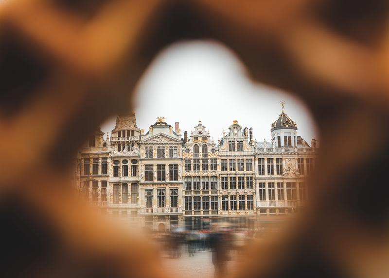 布鲁塞尔大广场看法在布鲁塞尔通过在传统比利时华夫饼干的一个孔 免版税库存照片