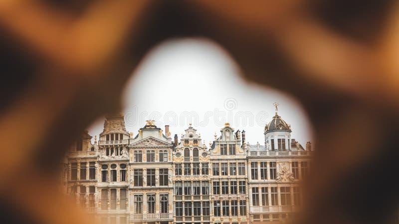 布鲁塞尔大广场看法在布鲁塞尔通过在传统比利时华夫饼干的一个孔 库存图片
