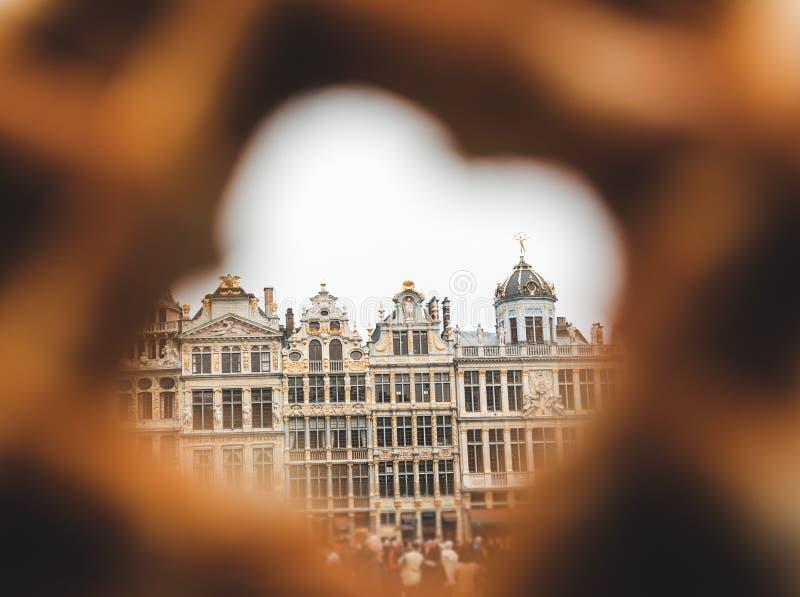 布鲁塞尔大广场看法在布鲁塞尔通过在传统比利时华夫饼干的一个孔 免版税图库摄影