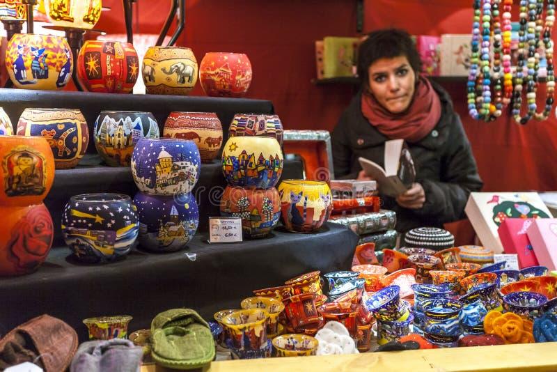 布鲁塞尔,比利时- 2009年12月12日:圣诞节的布鲁塞尔 摊贩在Sainte凯瑟琳的圣诞节市场上 库存图片
