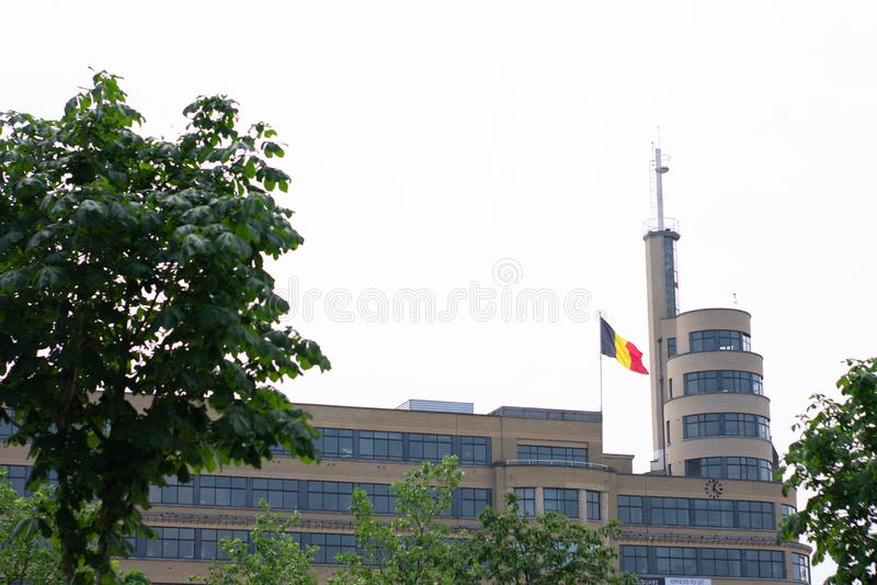 布鲁塞尔,比利时- 2018年6月18日:在大厦,地方Flagey旁边的比利时旗子 库存图片