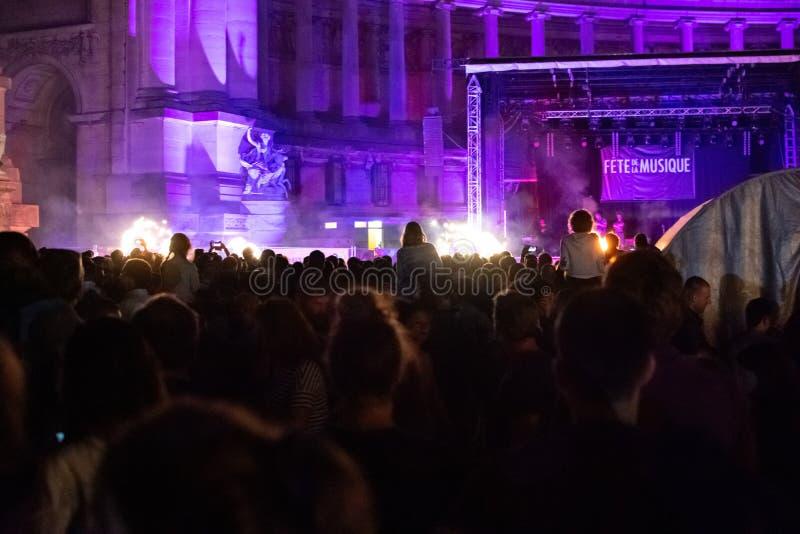 布鲁塞尔,比利时- 2019年6月22日:在祝宴de la音乐节期间,人们日光浴在parc du cinquantenaire 库存照片