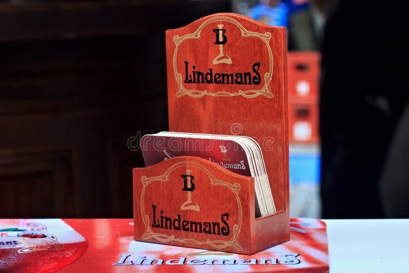 布鲁塞尔,比利时- 2014年9月07日:有一盒的机架啤酒Lindemans啤酒厂饮料沿海航船  库存图片