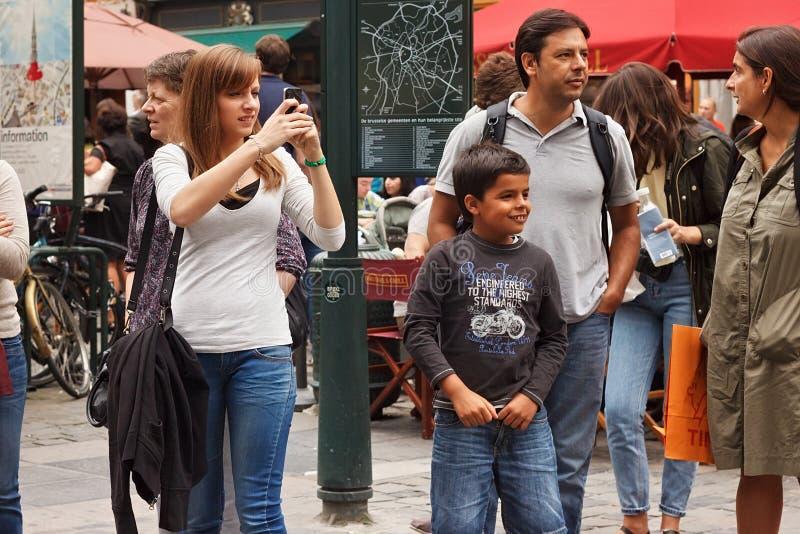 布鲁塞尔,比利时- 2014年9月06日:未知的少妇拍摄在电话的录影在布鲁塞尔的中心 图库摄影