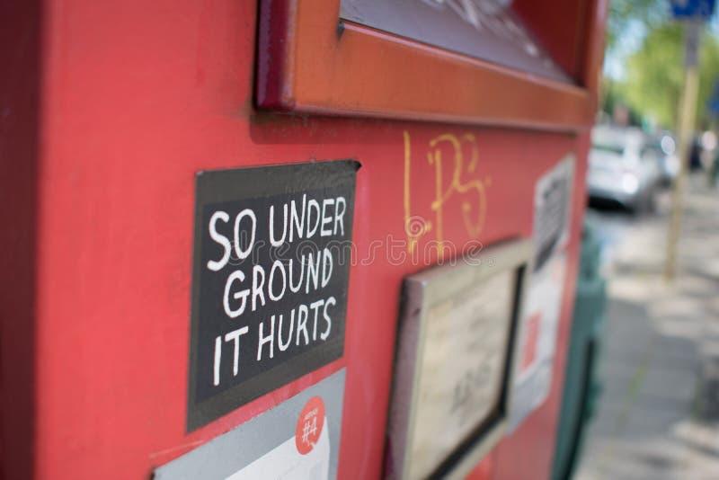 布鲁塞尔,比利时- 2018年5月6日:红色邮政箱子特写镜头有贴纸的 库存照片