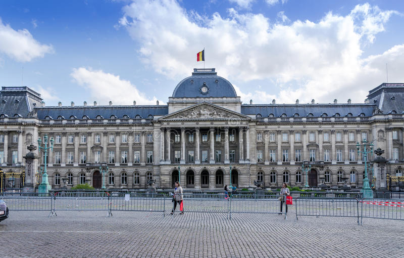 布鲁塞尔,比利时- 2015年5月12日:人们参观布鲁塞尔王宫  免版税库存照片