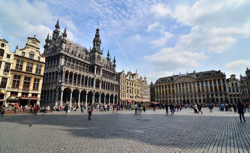 布鲁塞尔,比利时- 2015年5月13日:访问布鲁塞尔的著名布鲁塞尔大广场游人 库存图片