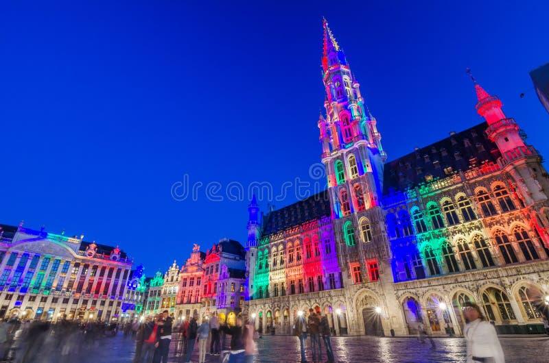 布鲁塞尔,比利时- 2015年5月13日:访问布鲁塞尔的著名布鲁塞尔大广场游人 免版税库存照片