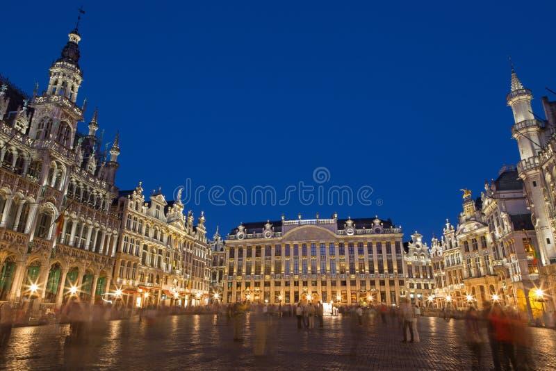 布鲁塞尔-大广场和Ggrand宫殿在晚上 Grote Markt 图库摄影
