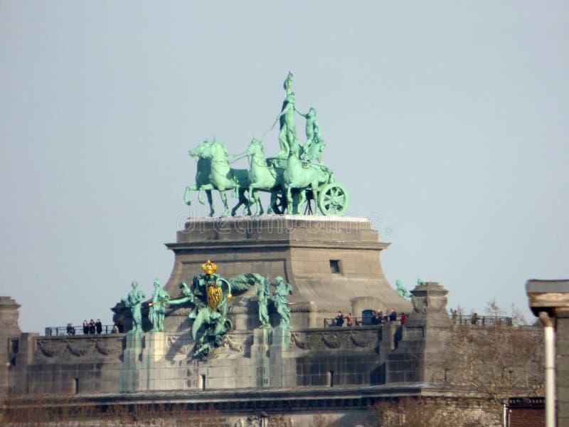 布鲁塞尔- 2月25:在焦点凯旋门顶部的游人在Parc du五十周年纪念公园 免版税库存图片