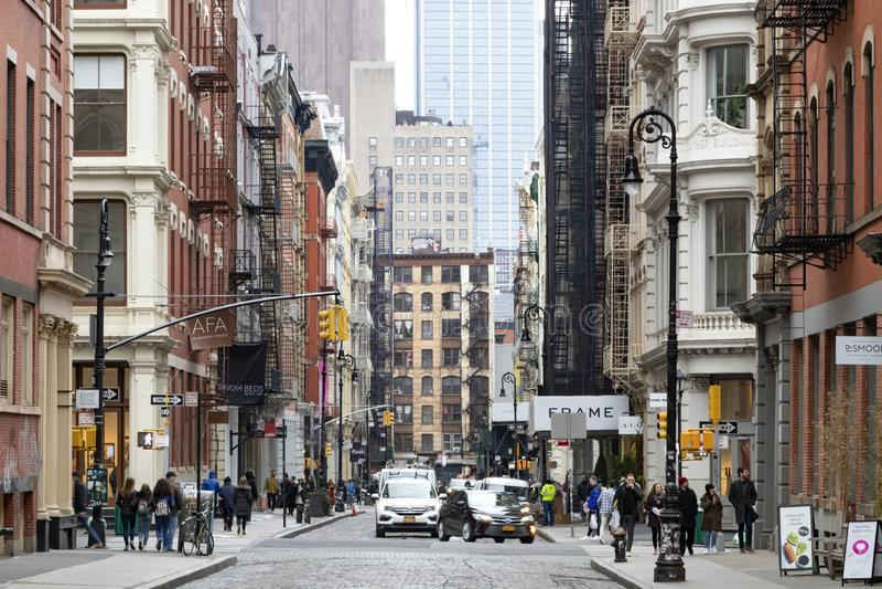 布鲁姆和威廉・格林街的繁忙的交叉点拥挤与人和汽车在纽约苏活区邻里  库存图片