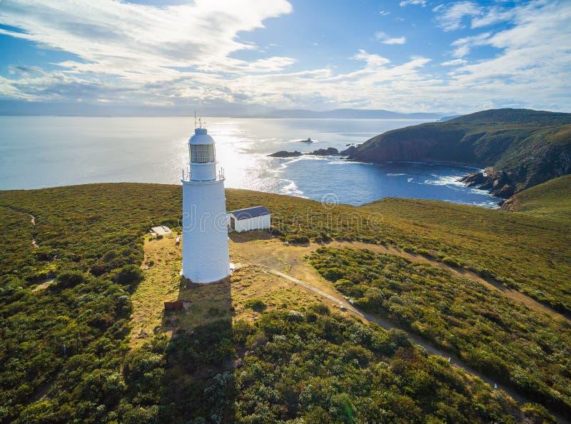 布鲁尼岛灯塔,塔斯马尼亚岛鸟瞰图在日落的 免版税库存照片