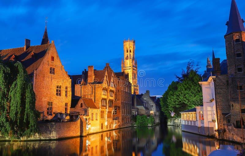 布鲁日旅游地标吸引力-有钟楼的Rozenhoedkaai运河和沿运河的老房子著名看法有树的 免版税库存图片