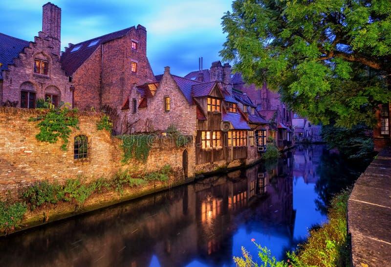 布鲁日老镇,比利时 运河的传统中世纪房子 免版税图库摄影
