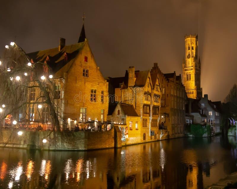 布鲁日运河和钟楼在晚上 库存图片