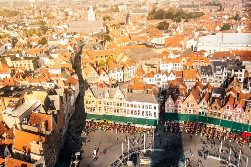 布鲁日,亦称布鲁基全景  从贝尔福塔的看法 在集市广场,比利时附近的橙色屋顶 免版税库存图片