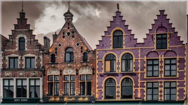 布鲁日,比利时中央集市广场的历史协会房子  免版税库存照片