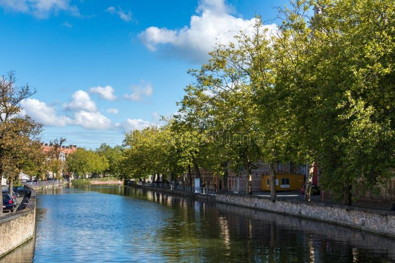 布鲁日,比利时欧洲- 9月26日:在一条运河下的看法在Bru 图库摄影