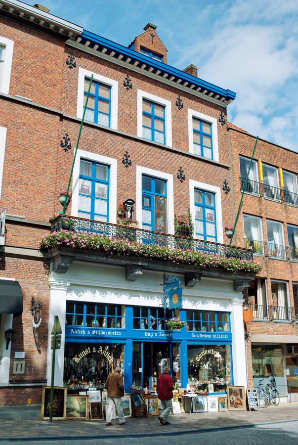 布鲁日,比利时- 2010年8月:安置'Dag en Zonne'古董店的大厦的看法 库存照片