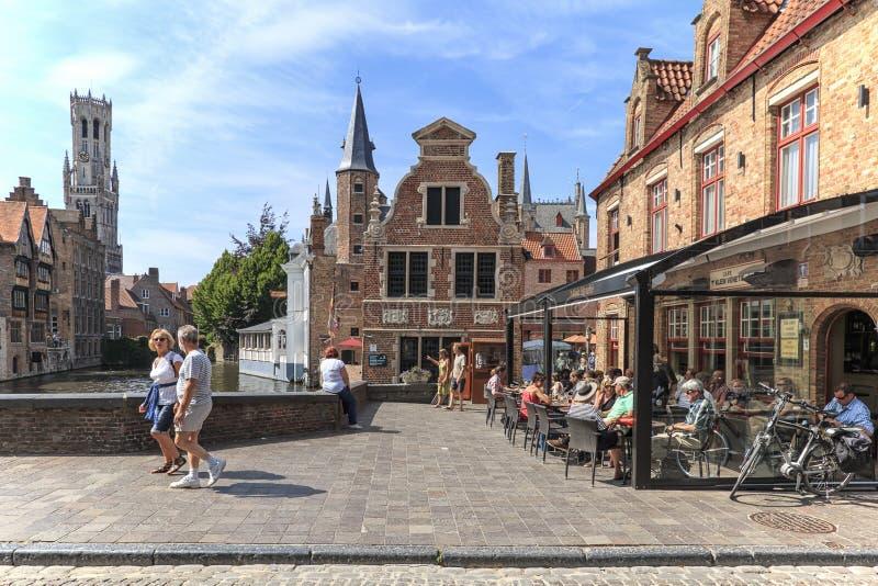 布鲁日,比利时- 2017年7月7日:集市广场的全景在布鲁日,富兰德的中心 免版税库存图片