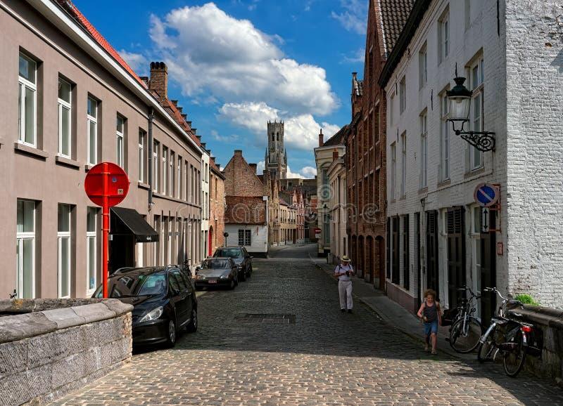 布鲁日 比利时 砖城市女孩街道墙壁 免版税库存图片