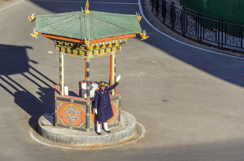廷布,不丹- 1月10 :摇手的未认出的不丹警察在环形交通枢纽中间 免版税库存照片